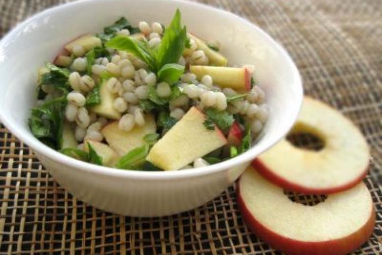 Салат из перловки с яблоками