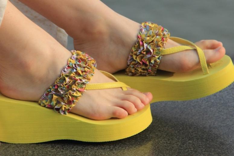 Женские сланцы – идеальная обувь для лета