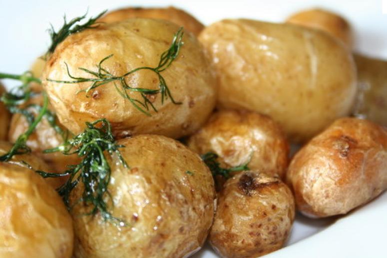 Печеный картофель на шампурах