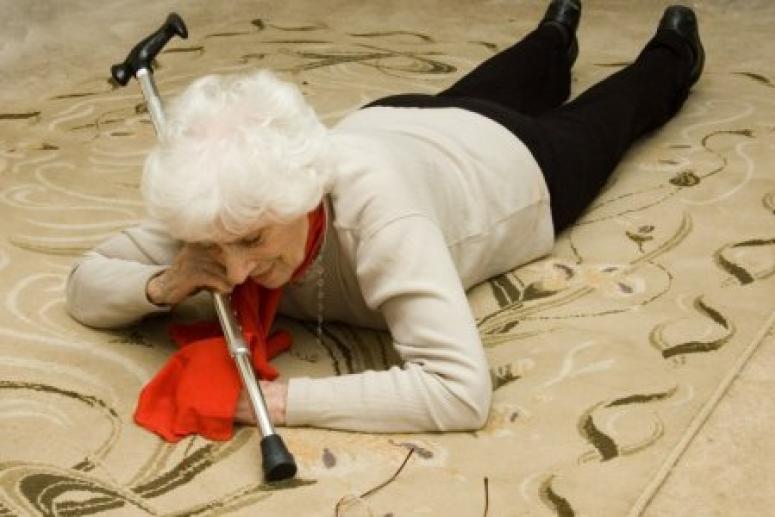Падения пожилых людей: чем чреваты и как предотвратить