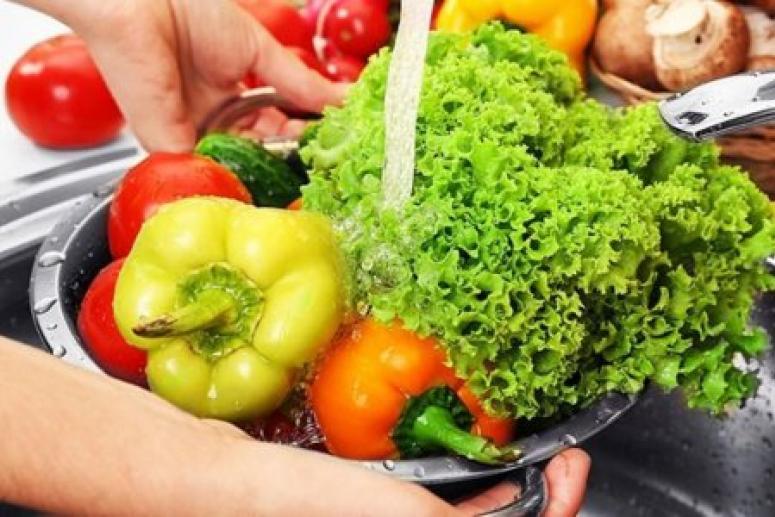 Немытые фрукты и овощи в отпуске могут быть смертельно опасны
