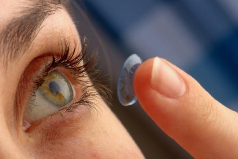 Женщина ослепла на один глаз из-за  линз