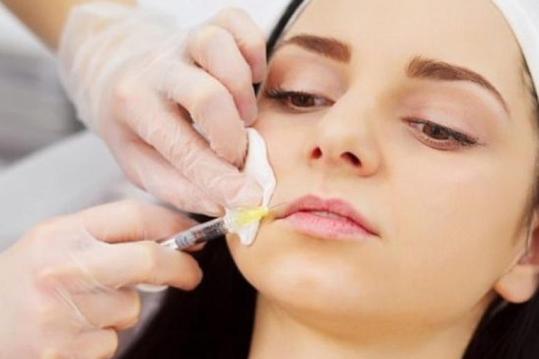 Девушки-подростки массово требуют увеличения губ