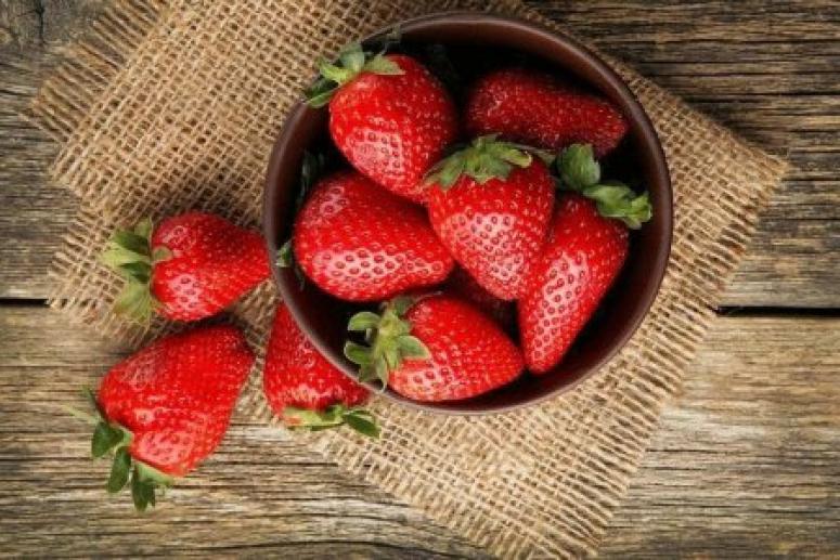 Чтобы ягода была всем полезна и не навредила фигуре, ешьте её правильно