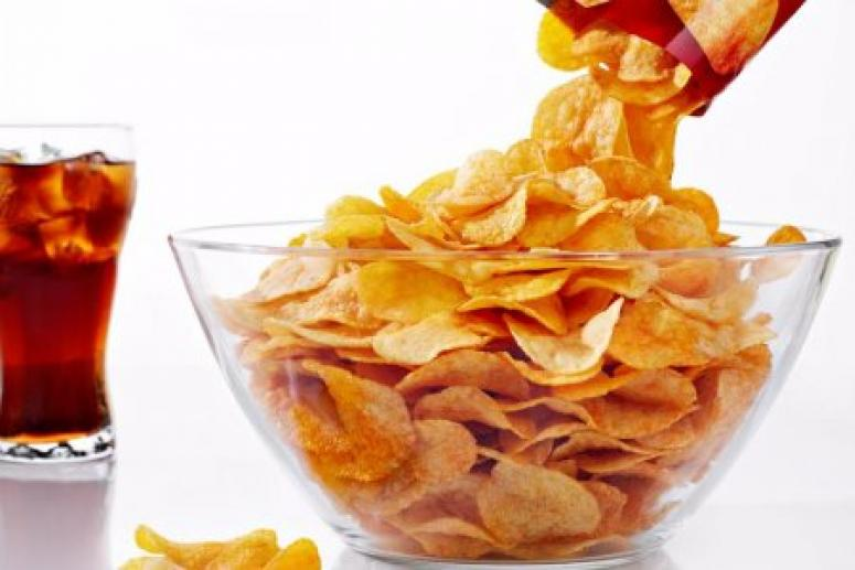 В России предложили ограничить продажу чипсов и газировки на работе