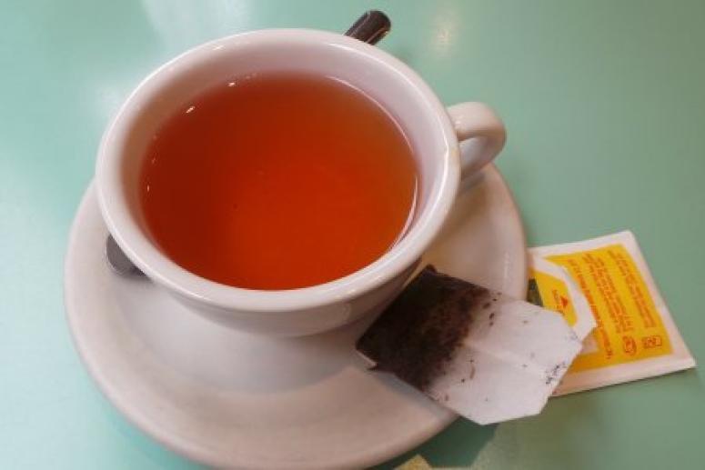Чай из пакетика, сок и другие популярные напитки, которые лучше не пить