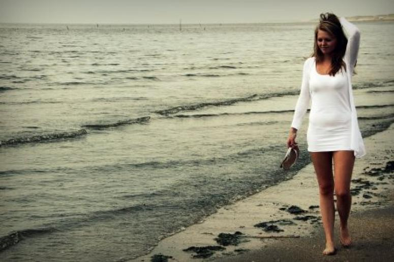 Женщина прошлась босиком по пляжу и подцепила паразита