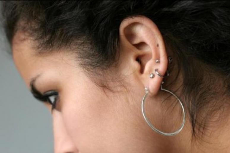 Опасно для мозга: врачи не советуют прокалывать уши детям до 15 лет