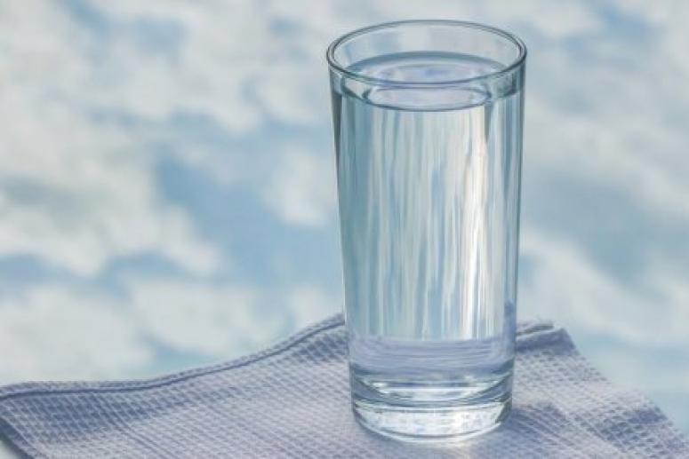 Для красоты и здоровья: медики назвали 7 причин пить воду только тёплой