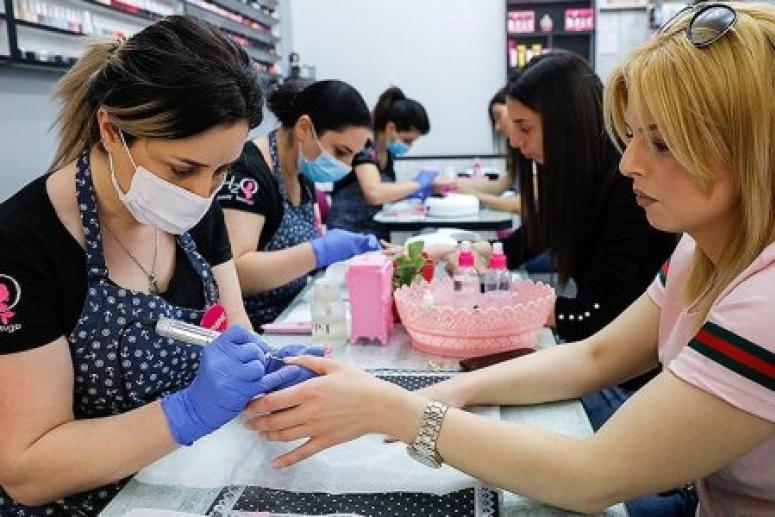 Россиянам напомнили об опасности заразиться гепатитом В и С в салонах красоты