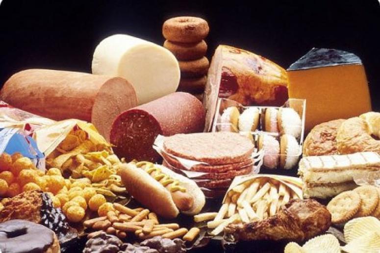 Ученые рассказали, чем вредны для женщин высококалорийные продукты