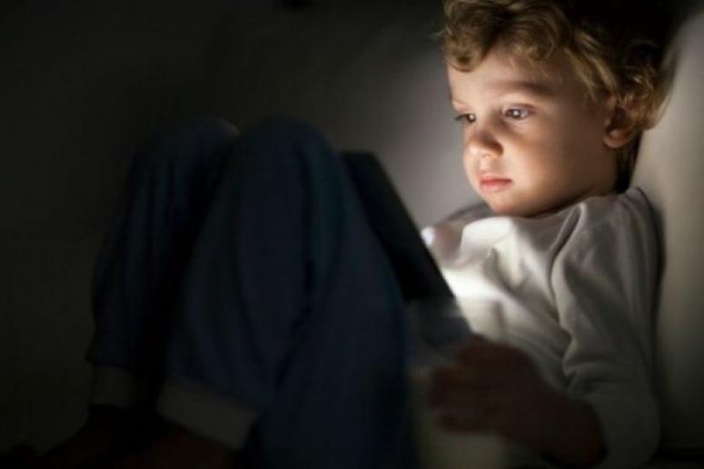 Любители сидеть со смартфонами по ночам становятся сладкоежками